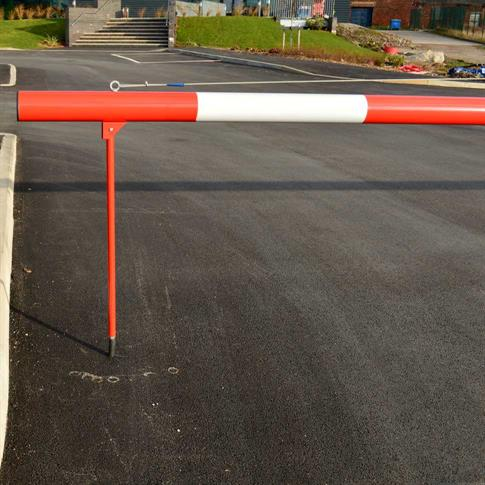 Manual rising arm barrier